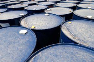 Quais fatores sociais, políticos e econômicos influenciam no preço do barril?
